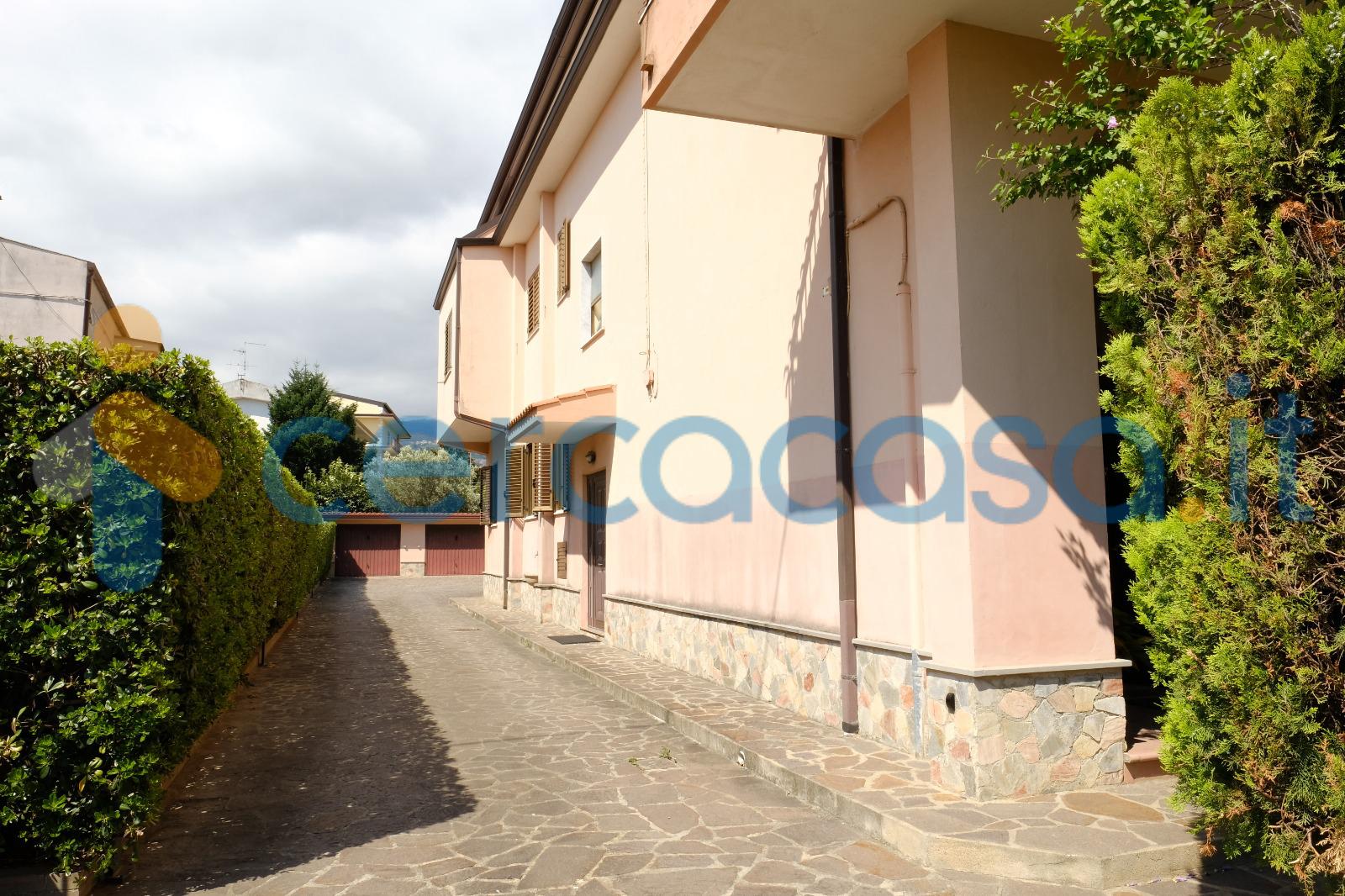 _appartamento-in-_villa-con-ingresso-e-giardino-privato-oltre-2-box-_via-del-progresso-_nicastro