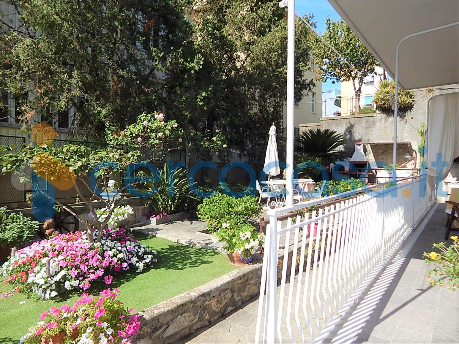 _n_e_r_v_i__003a-_ampio-bilocale-con-giardino-in-contesto-privato